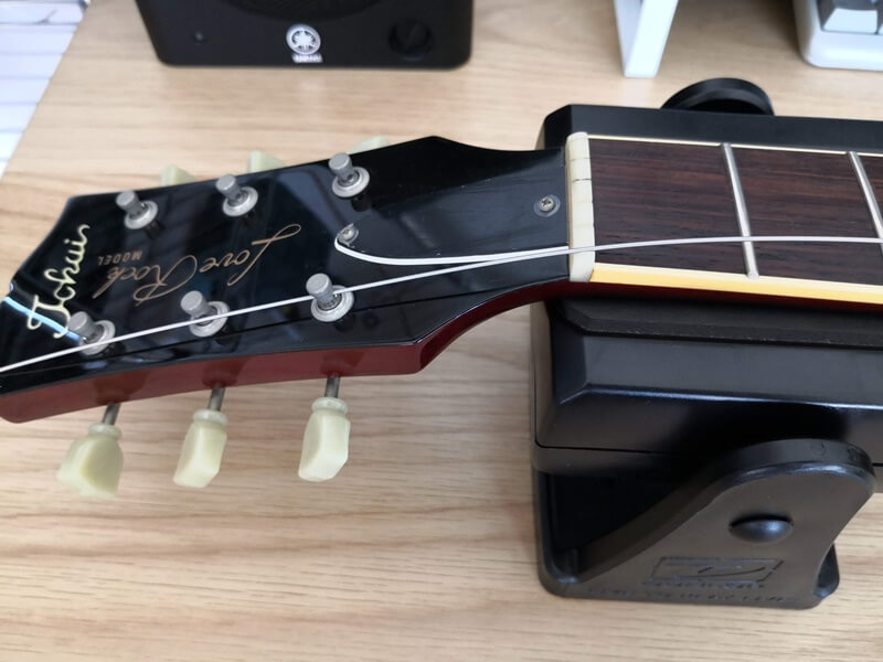 新しい弦をストリングポストに通す