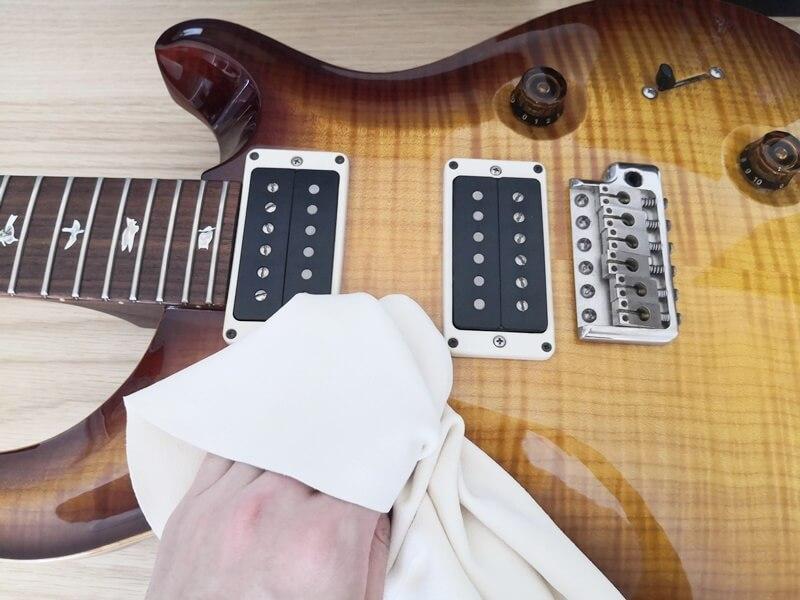 ギターのボディなどを拭く