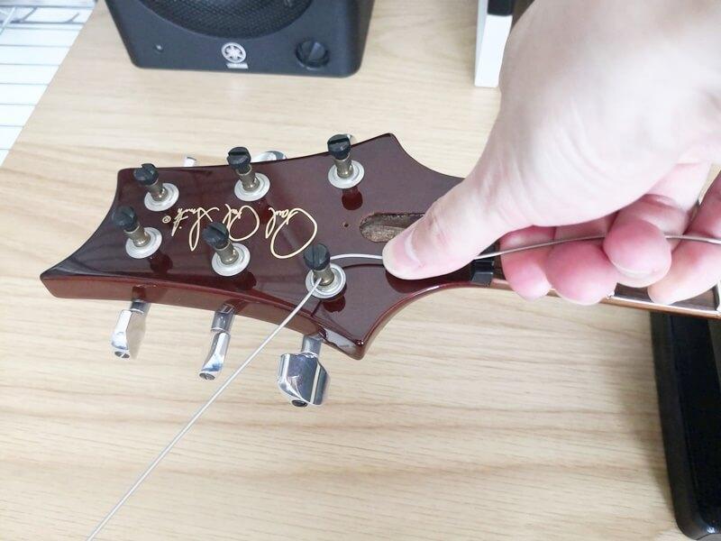 弦を引っ張りながら巻きつける