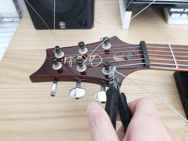余った弦をニッパーで切る
