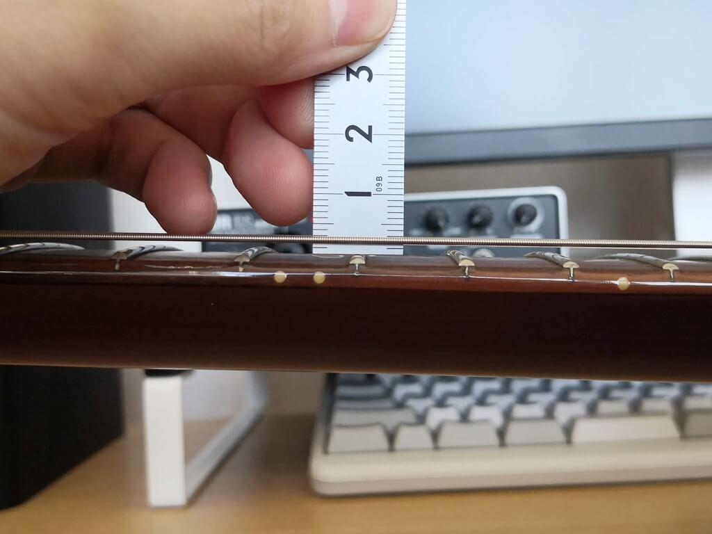 6弦の弦高を測る様子(拡大) )