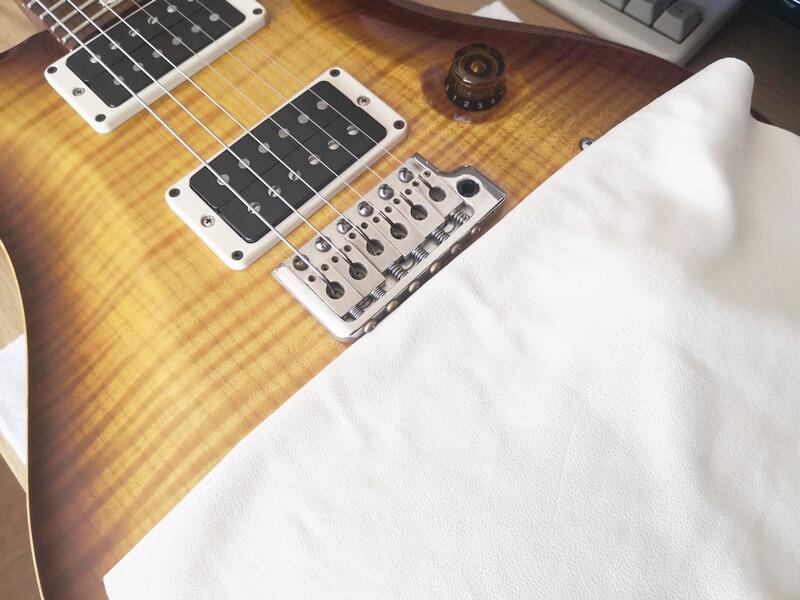 布でギターを保護する