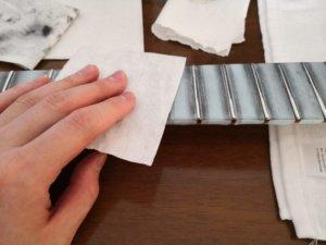 フレットをキレイな布で乾拭きする様子