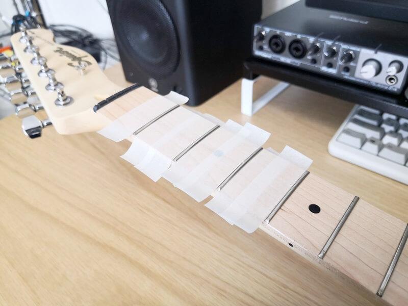 マスキングテープでフレットを挟む