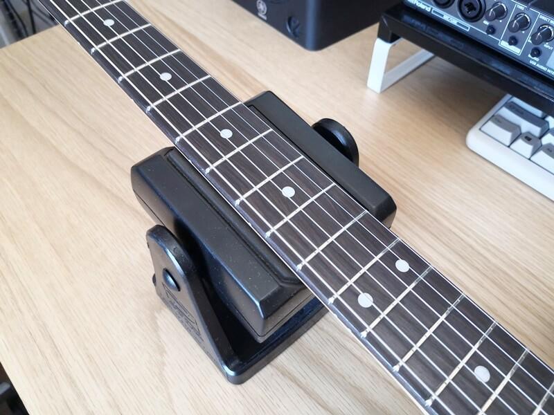 Jim Dunlop NC65にギターのネックを置く