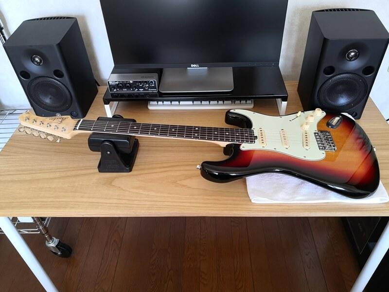 ギターを机において準備する
