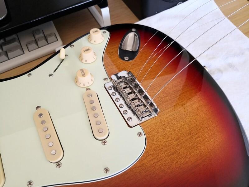 新しい弦を表へ通す