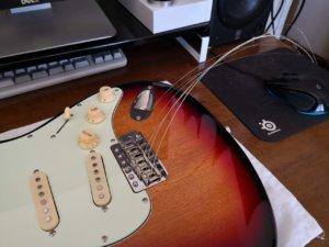 新しい弦をボディの表に通す