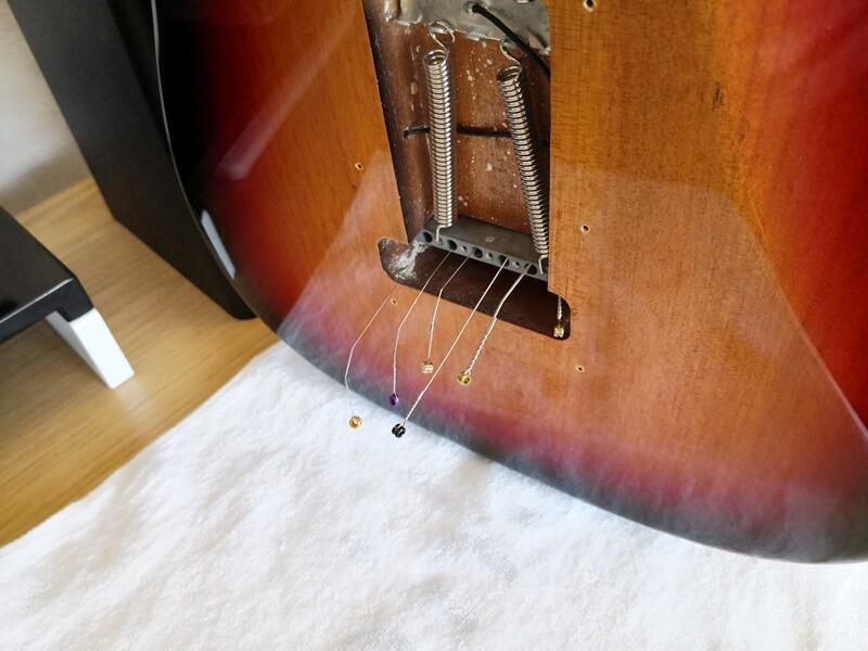 古い弦をブリッジから抜き取る
