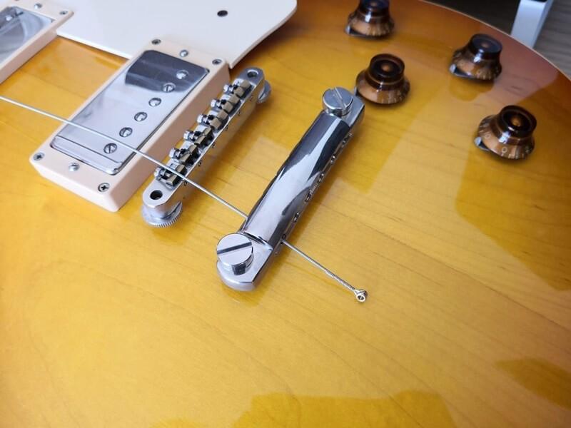新しい弦をブリッジに差し込む:レスポール