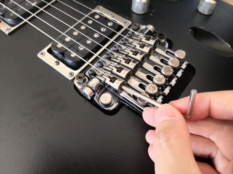 フロイドローズのサドルに弦を固定する