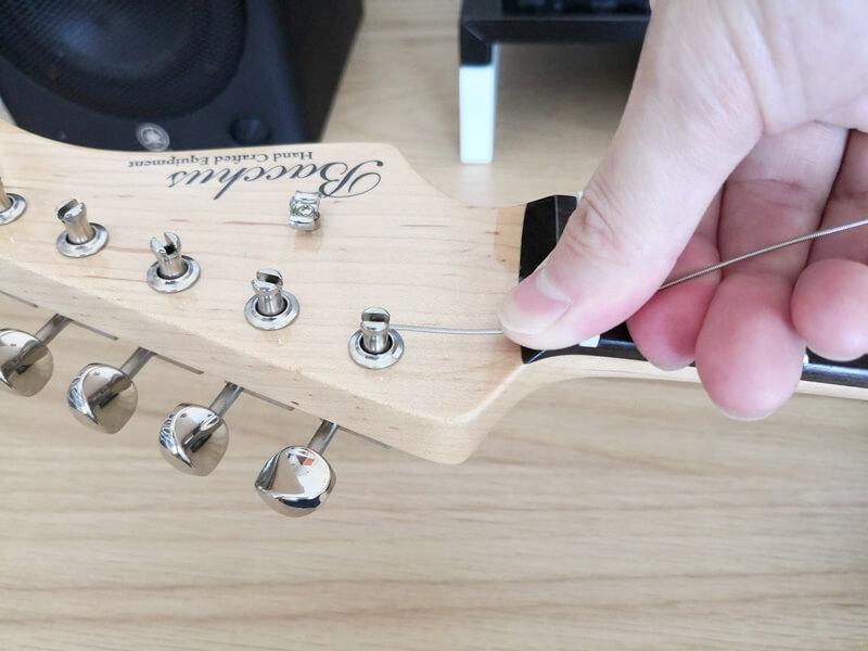 弦を穴に挿して巻きつける
