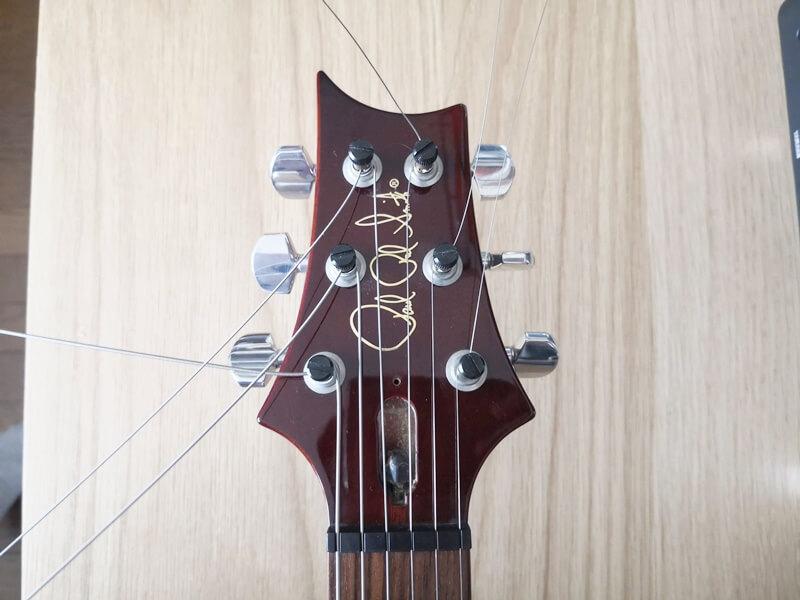 全ての弦を張り終わった様子
