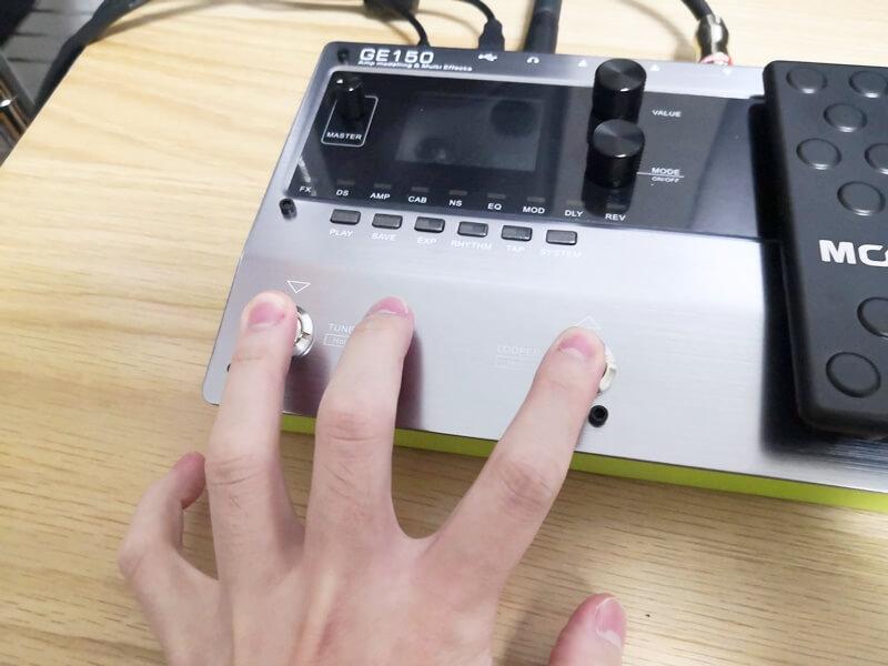 2つのスイッチを押しながら電源を入れる