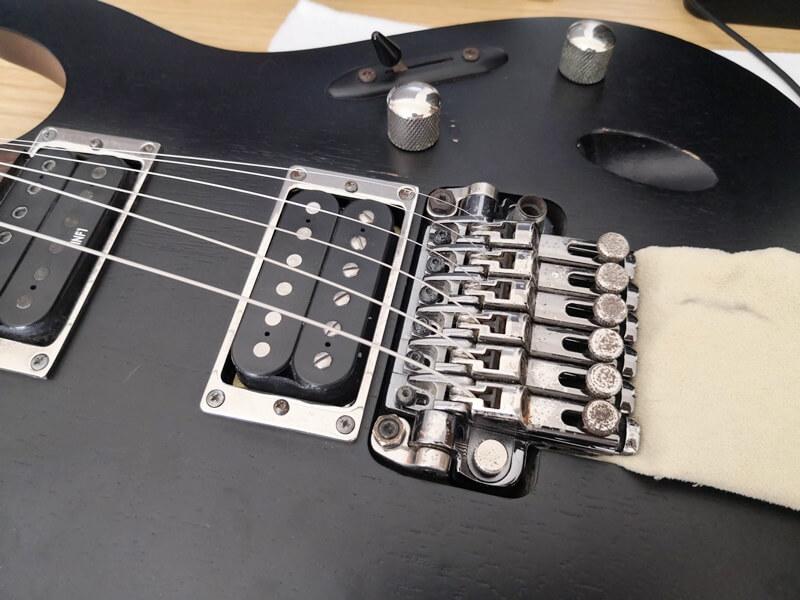 全ての弦をサドルに固定する
