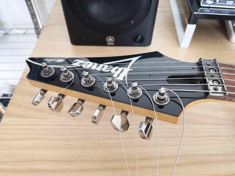 全ての弦をストリングポストに取り付け完了