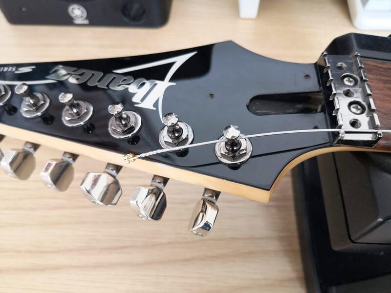 新しい弦を逆に通す