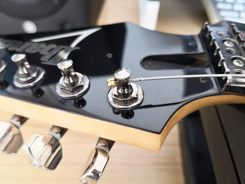 新しい弦をストリングポストに通した様子
