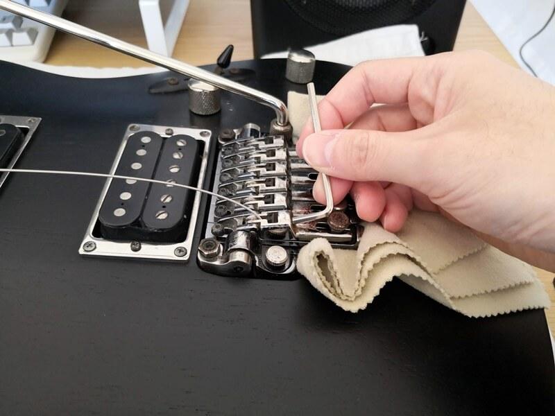 弦をサドルに固定する