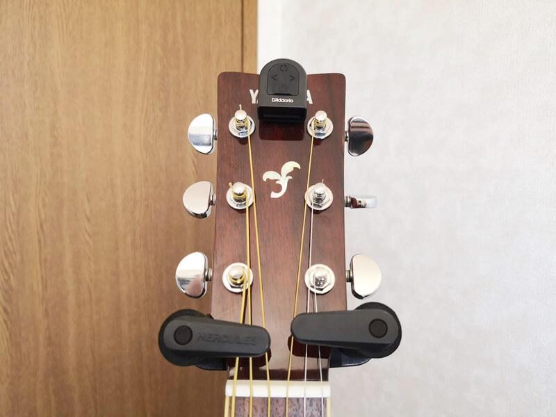 アコースティックギターに取り付けた様子