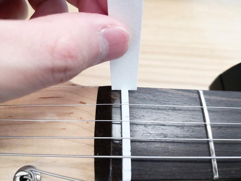 1弦のナット溝にグリスを塗る