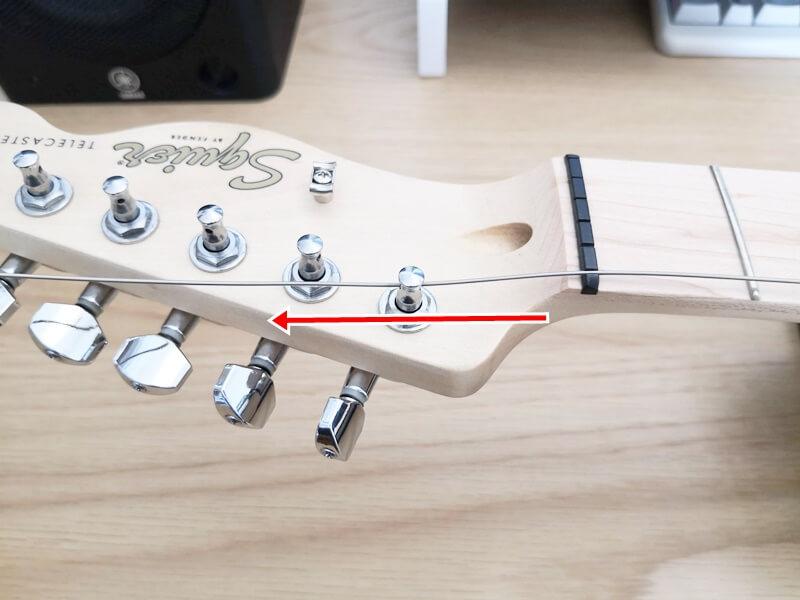 ストリングポストに新しい弦を通す