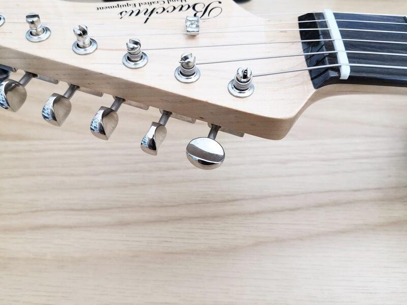 エレキギターの小さなペグ